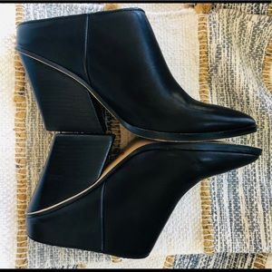 Awesome DOLCE VITA pointy toe blk leather mules